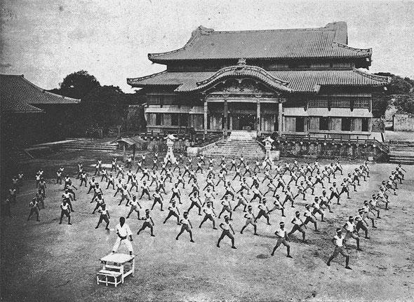 首里城での練習風景(昭和初期)