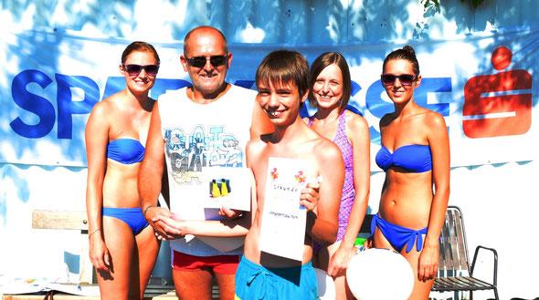 Der strahlende Gewinner des Tauchkurses bei der Gutscheinübergabe umringt von den netten Damen der SPK Bad Leonfelden