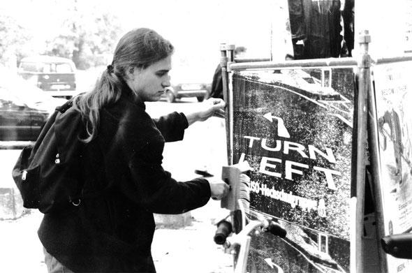 Wahlkampf StudentInnenparlament 1990 Universität zu Köln. Tomás M. Santillán mit langen Haaren. (Foto von Stephan Hoppe)