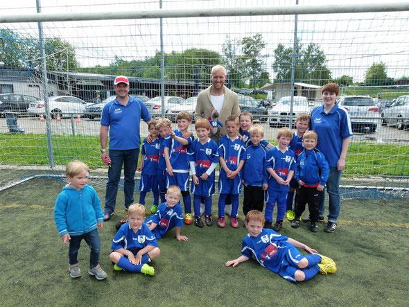 Mannschaftsfoto der Bambinis mit Julian Schieber (Früher SVU - jetzt Borussia Dortmund)