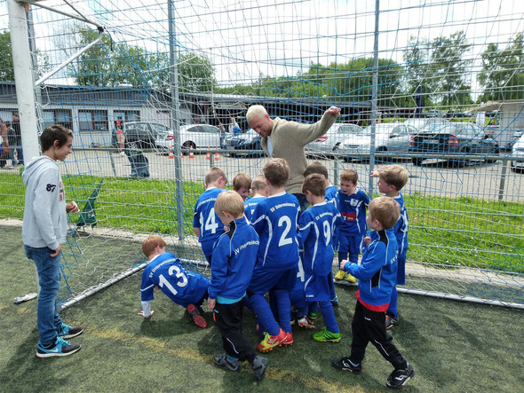 Alle Bambinis gegen einen Profi. Julian Schieber ist gefordert.