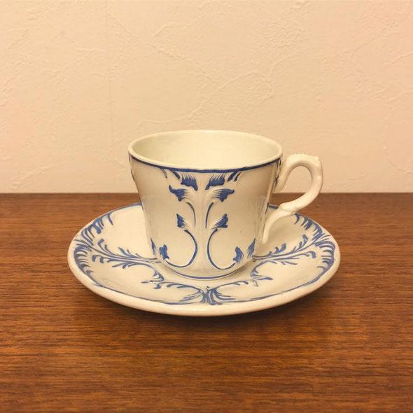 1840年から1876年に作られたCreil et MontereauのLM&Cieシリーズの美しいブルーのペインティ ングが施されたカップ&ソーサー。1点ずつ柄が少しずつ異なりますのでお手に取ってお気に入 りを選んでください。