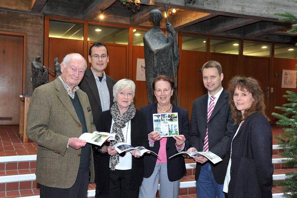 Öffentliche Überreichung der Jubiläumsbroschüre an Bürgermeister  Tobias Heizmann