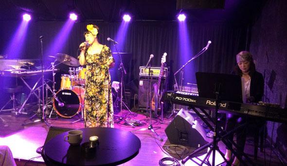 Heaven青山で演奏するアイモールというボーカルとキーボードの女性2人組ユニット