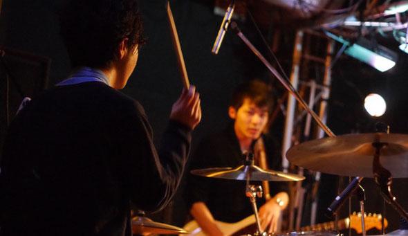 千葉県のライブハウス「STARNITE」で演奏するFOOLRIMのTAKAとNON