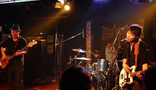 千葉県のライブハウス「STARNITE」で演奏するFOOLRIMのTAKAとトッキー常磐