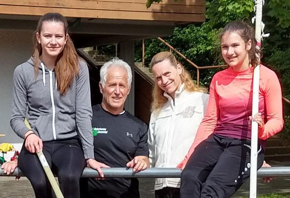 Mona Henle und Magdalena Niederhofer, die neuen Stabhochspungmeisterinnen der WJU18 und WJU16, flankieren zwei Ikonen der bayerischen Stabhochspungszene im Seniorenbereich, Jürgen Hinterstößer und die vielfache Weldrekordlerin Iris Hill.