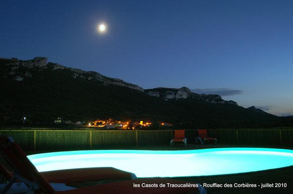 la piscine des chalets, vue nocturne sur rouffiac des corbières