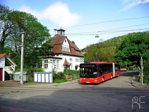 KA-SB 592 überquert am 14.05.2013 als Kurs 244 088 gerade die Albbrücke vor dem Bahnhof in Bad Herrenalb.