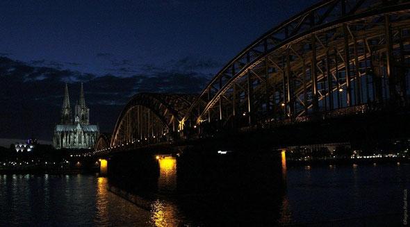 Bild: Hohenzollernbrücke und Kölner Dom bei Dunkelheit