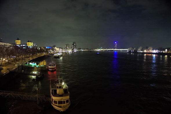 Bild: Rheinufer Köln bei Dunkelheit