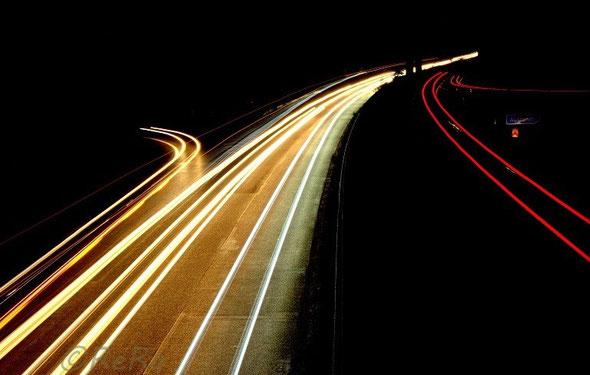 Bild: Leuchtspuren von Autoscheinwerfern auf Straße
