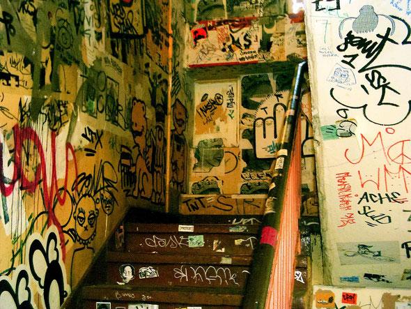Bild: Hausflur mit Graffiti