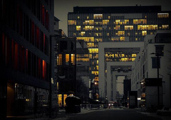 Bild: Kranhäuser Köln mit beleuchteten Fenstern