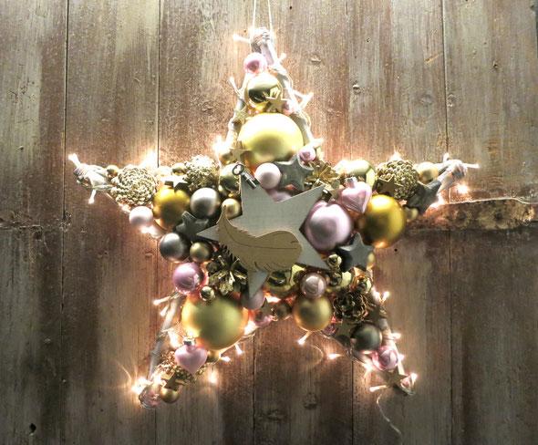 Handgefertigter Stern in 50 cm Durchmesser in rosa-gold-grau, mit eingearbeiteter 120 Lämpchen Lichterkette als Wandschmuck oder auch als Fensterdekoration
