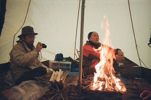 たき火を囲んで。対話工房 海子揮一(左)と 女川ネイチャーガイド協会 藤中郁生さん