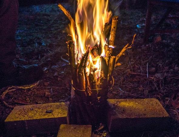 お湯を沸かし、暖をとれるだけでなく、小さな火は心の緊張をほぐし対話を生む効果を高めます。