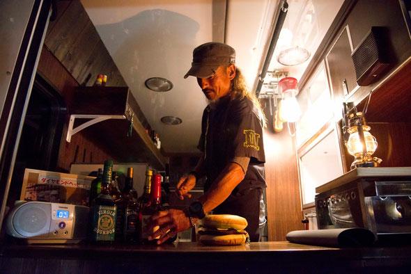 キッチンカーと岡裕彦さん(写真:草本利枝)