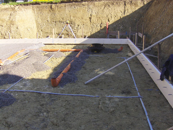 Verlegung der Kanalgrundleitungen und Pumpensumpf