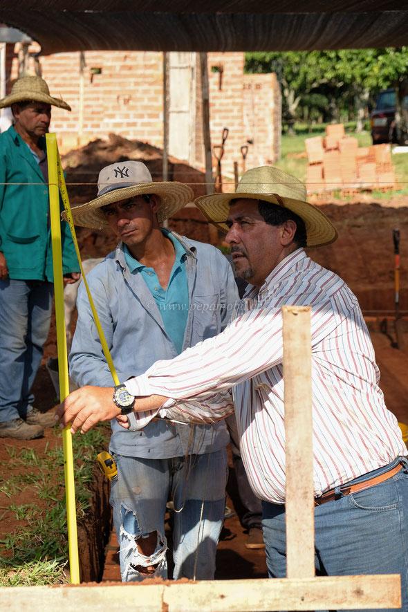 Victór der Baumeister und Dani ein Maurer und Nachbar.