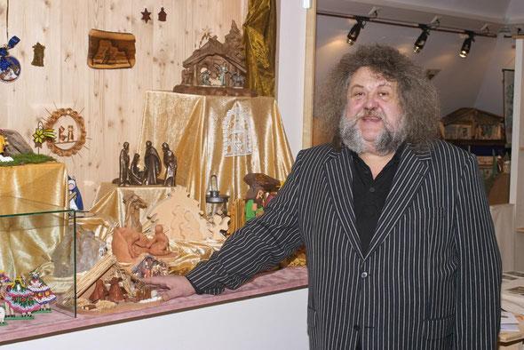 Willi Pilz im Ausstellungsbereich