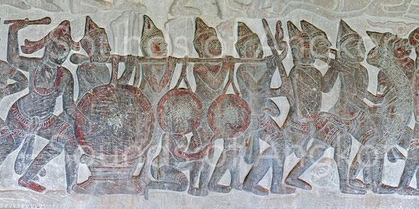 Ensemble d'instruments préfigurant l'orchestre funéraire kantoam ming : grand tambour sur support, paire de gongs, paire de hautbois, carillon de neuf gongs. Angkor Vat, galerie nord. Victoire de Krishna sur l'Asura Bāna. XVIe s.