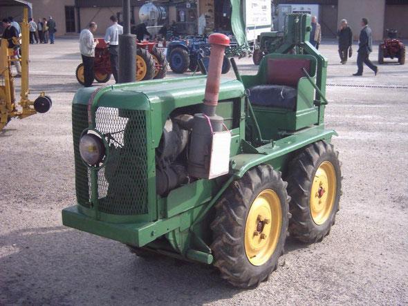 Tracteur Rouquier exposé à Dionysud Béziers  2004 par l'association LOU REC  association pour la sauvegarde du matériel agricole et viticole ancien .