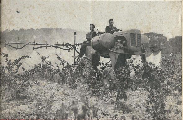 """Pulvérisateur atomiseur Pintagram n°4 porté sur châssis enjambeur Magnard en action à Montpellier . Photo de couverture de la revue """"Motorisation agricole"""" d'octobre 1952."""