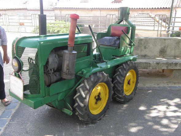 Tracteur Rouquier exposé à Néffiès en 2009 par l'association LOU R.E.C.