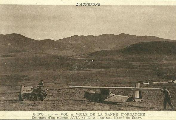 Carte postale d'un tracteur Fouga remontant un planeur( la même vue mais pas la même teinte )