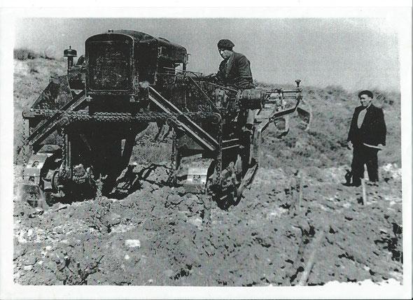 Le même tracteur à l'époque avec les ouvriers quand il était utilisé ..