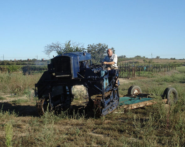 Le Tracteur Georges Vidal conduit par Mr Jean Raynal, président de l'association LOU  R.E.C. , association pour la sauvegarde du matériel agricole et viticole ancien