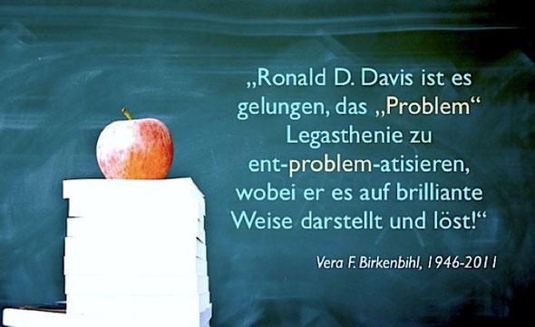 Symbolbild: Apfel auf Bücherstapel