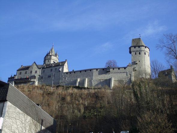 Stolz erhebt sich die Burg über die Stadt