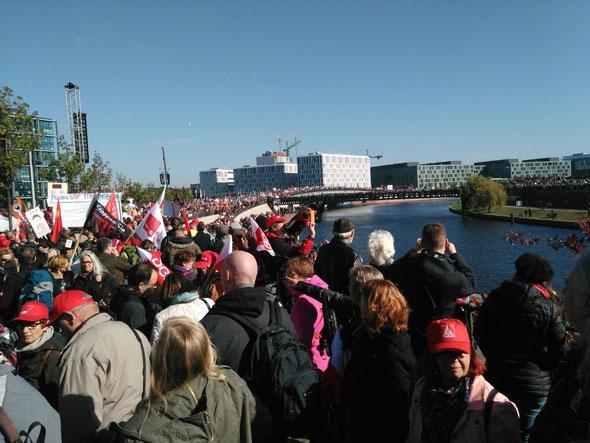 Schon bei der Auftaktkundgebung war bei der Anti TTIP Demo am 10. Oktober 2015 kaum noch ein Durchkommen. Der Widerstand wächst!