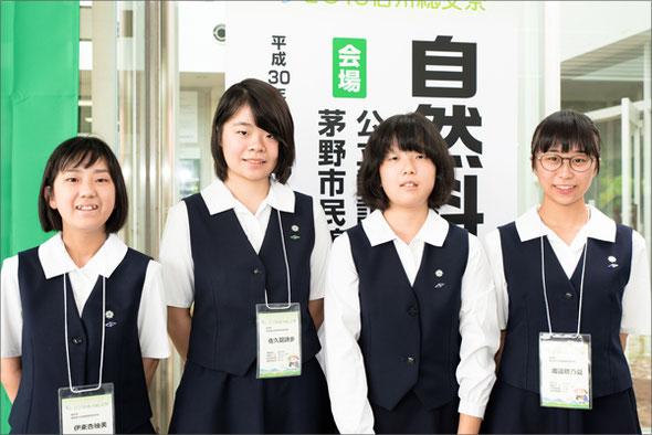左から 伊東杏柚美さん(2年)、佐久間詩歩さん(3年)、井手留都さん(2年)、渡邊穂乃夏さん(2年)
