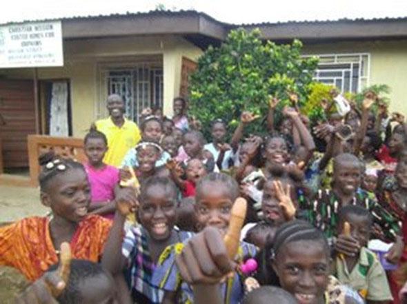 左奥の黄色いシャツの人がアルファさん。孤児院の前で