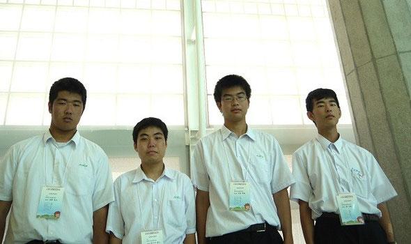 左から桒野智大君(3年)、佐々木陸人君(3年)、平松亨隆君(3年)、森洋樹君(2年)