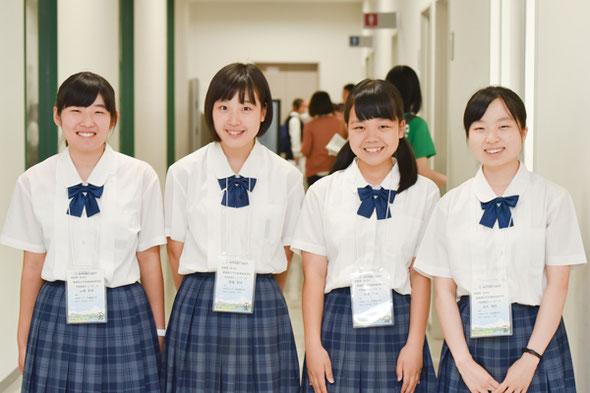 左から 山崎莉来さん、渡邉愛佳さん、宮崎里紗さん、浅井理佐さん (全員3年)