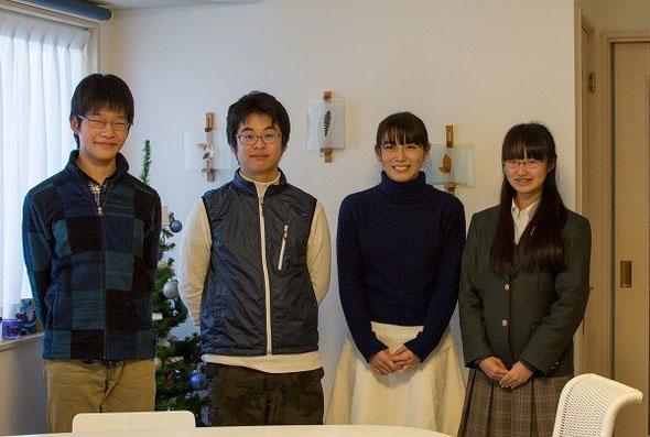 左からありつねくん、ゆうすけくん、野崎さん、こころさん。ありつねくんとゆうすけくんは高校2年生、野崎さんとこころさんは高校3年生です。