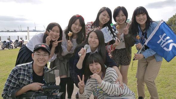 「ラブ❤セン ~ツール・ド・東北 高校生 ver.~」の出演高校生 福島県いわき市 トモダチトラベルエージェンシーのみなさんと(マイクを持つのが三品さん)