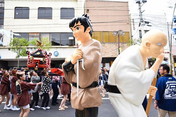 街のいたる所に設置されたキャラクターの像