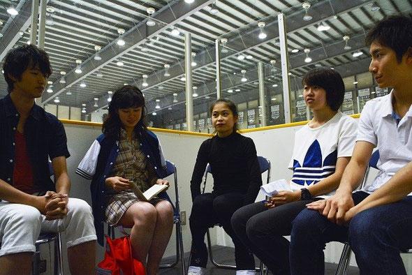 写真左から: ひろき、まり、宮原さん、りお、けい。みんな高校2年生です
