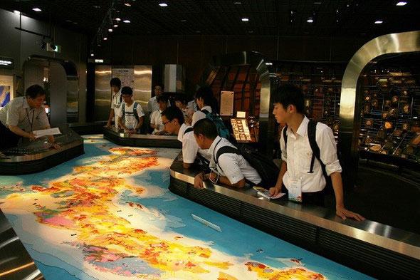 地質標本館にて。日本列島の立体地質図。世界でも稀なほどに複雑な日本列島の地質を直感的に理解できます。
