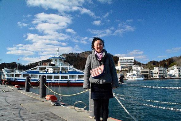 阿部愛理さん。後ろは気仙沼港