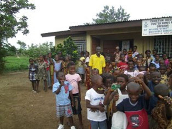 CMFO孤児院の前で。中央の黄色いシャツの人がアルファさん