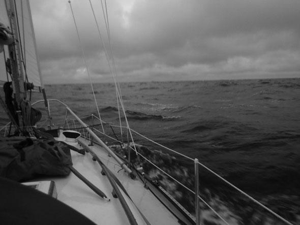 Segelyacht im Weißen Meer, aufgebauschte See, tiefhängende Wolken, schwarz weiß