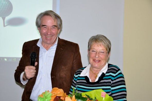 Le président François BOURRELLIER a fleuri Sonia ROCHETTE (confuse), responsable de la meilleure École de Golf de Bourgogne. Un geste apprécié par toutes et tous