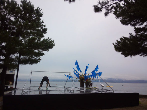 雨の中、ステージの準備