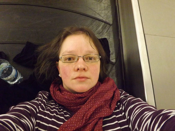 Nachtlager auf dem Gepäckband im Flughafen (Ein Bild aus der bei mir seltenen Selfie-Rubrik!!!)